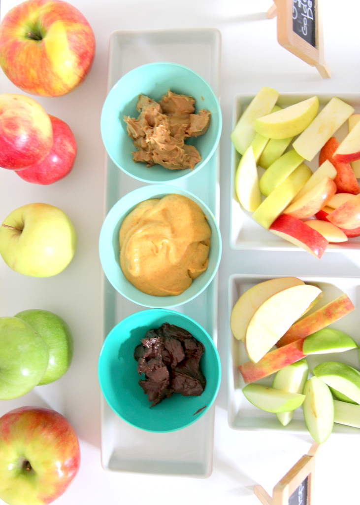 apple taste testing- fun fall activity to do with kids (and so simple to put together)